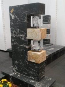 Grafsteen met glas elementen